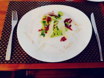 Salade de fèves magret de canard séché maison et copeau de parmesan