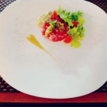 Tartare de thon frais sauce tartare et condiments